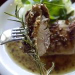 チーズハウス ヤルゴイ - 地鶏のハーブ焼きと生チーズの一皿