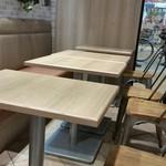 ケンタッキーフライドチキン - フードコートのテーブル席。