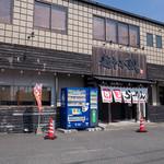 麺や 小鉄 - 「麺や小鉄」さんの外観。お店も広いが駐車場も広い。