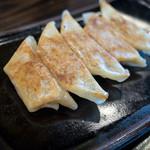 麺や 小鉄 - 餃子はかなり小振りの一口サイズ。スナック感覚!?