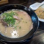 麺や 小鉄 - 今回はラーメン、2/3チャーハン、ギョーザ5個ガセットの「小鉄ランチ」(940円)を注文。
