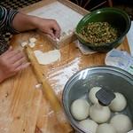 津香飯店 - 水餃子を作ってる所を撮らせていただきました。