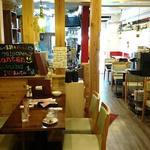 石窯ピザ Manten - Manten @ときわ台 板貼り床のカジュアルな店内