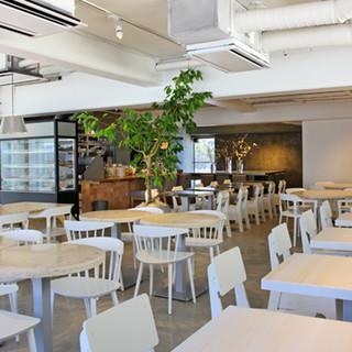 季節を感じるテーブル、明るく解放感のある空間です。