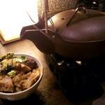 居酒屋かまどか 多摩センター駅前店 - 〆のお茶漬け(焼き鳥釜飯に添えられるダシと薬味)