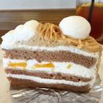 ケーキアンドカフェシャロン - モンブラン。間には黄桃