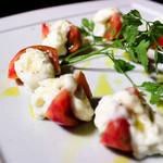 ルーツ - アメーラトマトとブラータモッツァレラのカプレーゼ