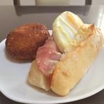 粉とクリーム - 惣菜パソはカレーかウインナーにかぎる。今日はハムエッグポテサラというボリュームプリタツなものも。自宅にて