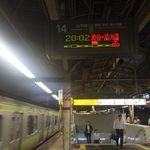 55749079 - まずは駅ホームより西口出口目指して階段を降りていきます。