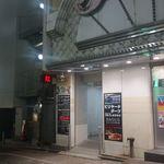 TORIEMON - お店のある商業ビル内へと続く通路を発見。