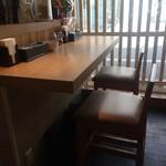 姫路麺哲 - テーブル席と、2人掛けカウンター、3人掛けカウンターがあります