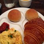 55752087 - 選択したものプレート&フルーツ(パンはクロワッサンを、卵料理はスクランブルを)は後から席までできたてを運んでくれます。プチパン2個付。
