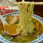 やまがた辛味噌らーめん りゅうぞう - 喉ごし良く腰のある、加水率普通目な太麺。