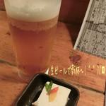 もぐら 六段 - 生ビール(480円)で乾杯〜( ^ ^ )/□ お通し(380円)はチーズ豆腐♪