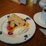 久里 - 料理写真:ケーキセット(450円)の図