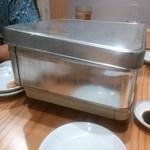 魚河岸酒場 魚楽 - 缶の中で貝を蒸しています。