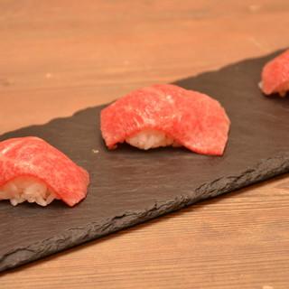 贅沢な肉汁を味わう。トモサンカクの炙り寿司。