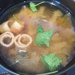 うま味処 つるき屋 - うま味処 つるき屋 @本蓮沼 ランチ 鮭塩焼定の三つ葉が浮く麩と若芽の味噌汁