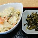 うま味処 つるき屋 - うま味処 つるき屋 @本蓮沼 ランチ 鮭塩焼定に付くカットされたウインナソーセージも出てくるマカロニサラダと漬物