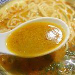 舎鈴 - その後スープ単体で味わってみると、唐辛子の辛さと胡麻のコクが感じられ、中にはほうれん草やメンマの他に、ひき肉とネギがたっぷり。さらに黒七味を入れることで痺れる辛さが驚異的に高まります。