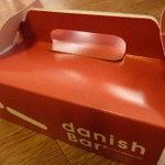 Denisshuba - 練乳入りのコクのあるデニッシュ生地をスティック状に焼き上げた「デニッシュバー」とマジパン入りのペストリー生地をボール状に焼き上げた「デニッシュボール」のセットで1000円のBOX
