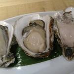 55781427 - 牡蠣3種盛り                       右から北海道、兵庫、愛媛