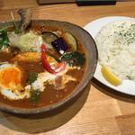 年輪 - チキンと角煮と野菜のスープカレー1280円