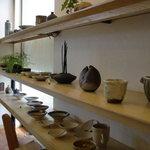 とんかつ割烹 とんまる - 店内には地元の陶芸家の作品も展示、販売されています。