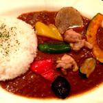 55814154 - 季節野菜の素揚げチキンカリー。カレーベースの味は、エチオピアのカレーに深みとコクをプラスした感じ。