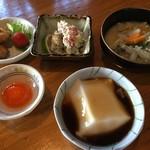 小手川商店 - 花野1:[左上から時計廻りで]とり天,きらすまめし,かやく,ごま豆腐,卵黄みそ漬け