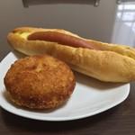粉とクリーム - 惣菜パソはカレーかウインナーにかぎる。充実の朝食。  自宅にて