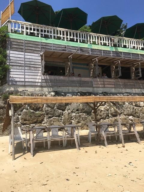 浜辺の茶屋 - 砂派の特設席。奥が、カフェ!