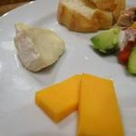 ワラカン - 麦芽パンとチーズの盛り合わせ