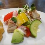 ワラカン - 彩り野菜とハーブチキンのグリル
