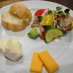 ワラカン - 彩り野菜とハーブチキンのグリル・麦芽パンとチーズの盛り合わせ