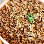 新杵屋 - 牛肉どまん中(ご飯には牛肉煮と牛肉のそぼろ煮がたっぷり)