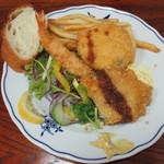 55835528 - カニコロッケ 海老フライ チキンカツ 盛り合せ(食べかけ)