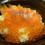 刺身屋 八重桜 - サーモンイクラ丼