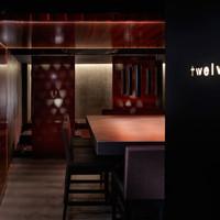 twelv. - 入口から店内を覗くと、そこは日本酒専門店とは思えない雰囲気。