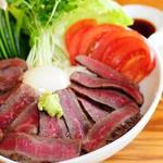 木楽 - 『熟成なぎビーフステーキ丼』熟成肉なので赤身ながら驚くほどのやわらかさです。お米も奈義町産のミルキークイーンです。