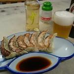 はしばた食堂 - 料理写真:餃子&びあ。酢の容器もステキ♪