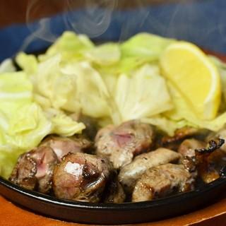 産地直送の新鮮な鶏を使用。焼き鳥は秘伝のタレかこだわりの塩で