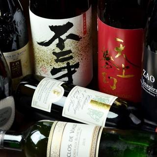 日本各地から集めた旬の地酒やワインは、自慢の鶏料理にぴったり
