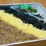 東筑軒 博多大丸店 - 目にも舌にも美味しい三色ご飯弁当です。