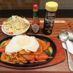 ボンバーキッチン - ナポリタン(サラダ付)830円+目玉焼き100円。