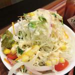 ボンバーキッチン - ナポリタンが結構濃い味なので、サラダが箸休めになりました。