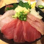 浜焼きしんちゃん - 海鮮丼 980円  今日はメダイ、ワラサ、マグロ、イカです。