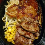 ステーキのくいしんぼ 新岐阜駅前店 - 特製ランチC(牛肉・チキン・ハンバーグ)900円。