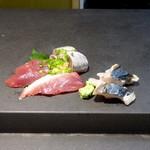 寿司 さいしょ - カツオ、イワシ、サワラに彩を添えてお造り完成♪