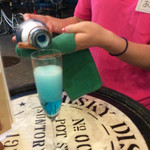 肉焼屋ワイン部 ジャストMEAT  - あおちゃんにブルーなスパークリングワインを注いでもらう。